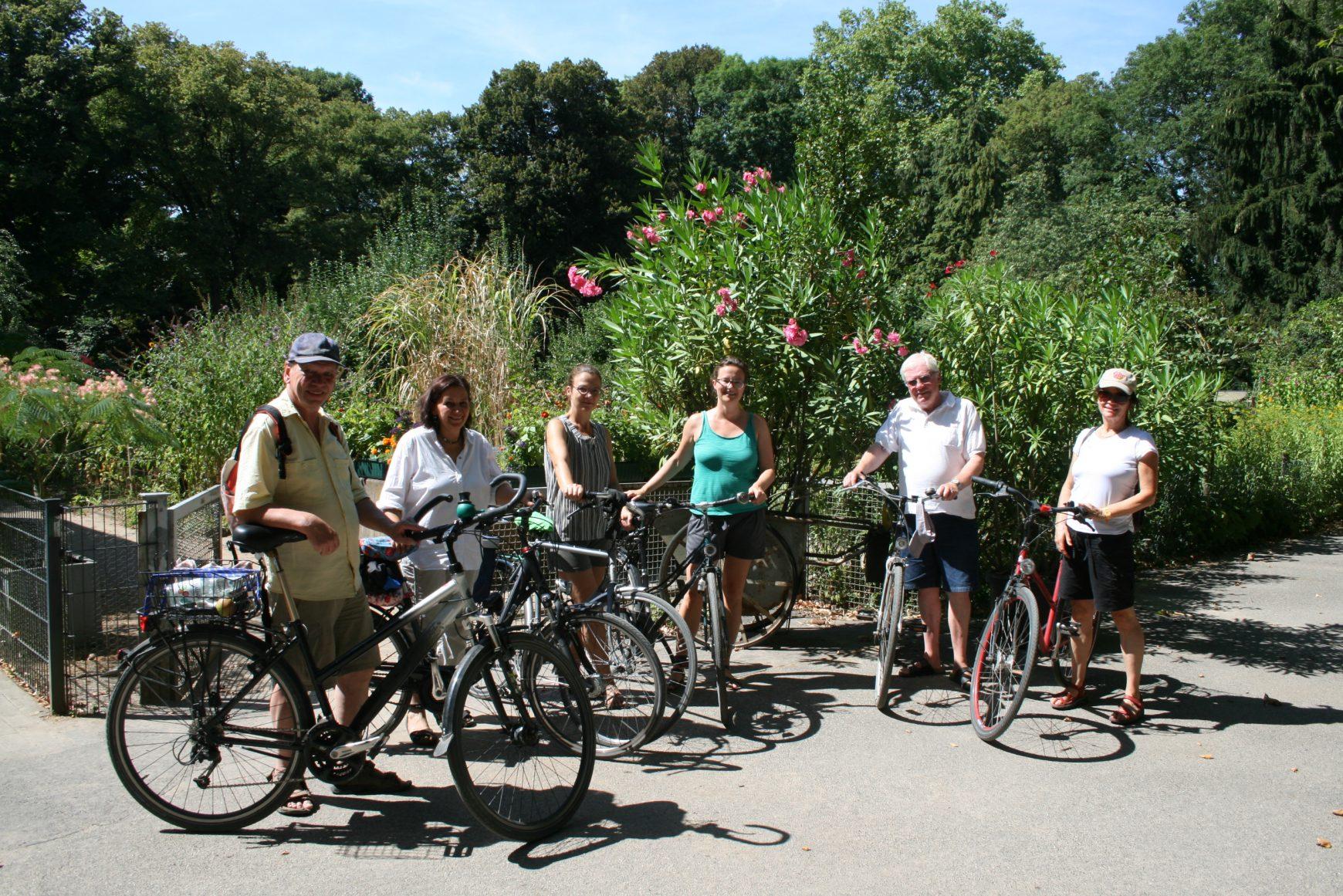 Rosenbeet, Felsengarten und Gartenschule. Fahrradführung